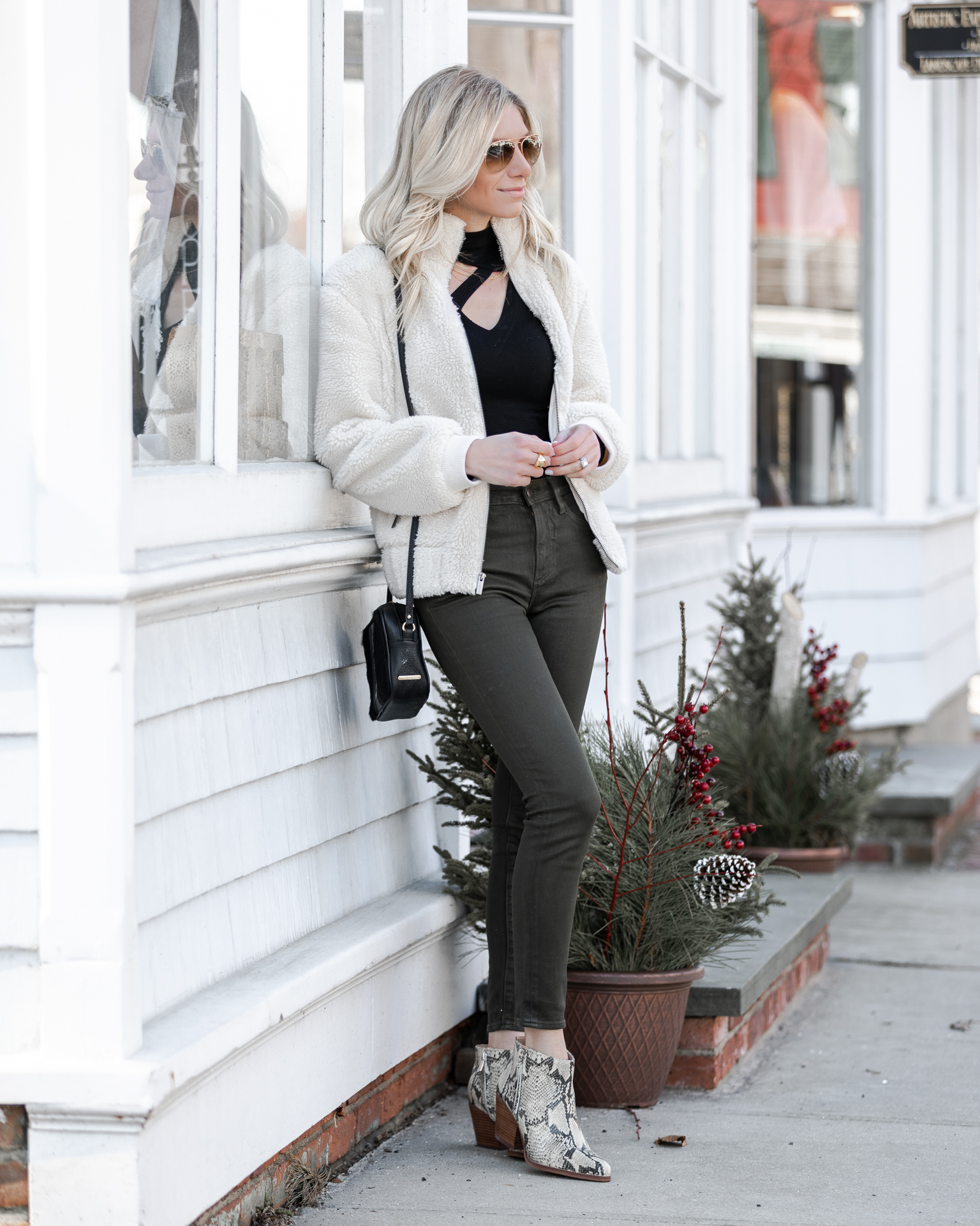 cozy-weekend-look-with-snake-print-details-the-glamorous-gal