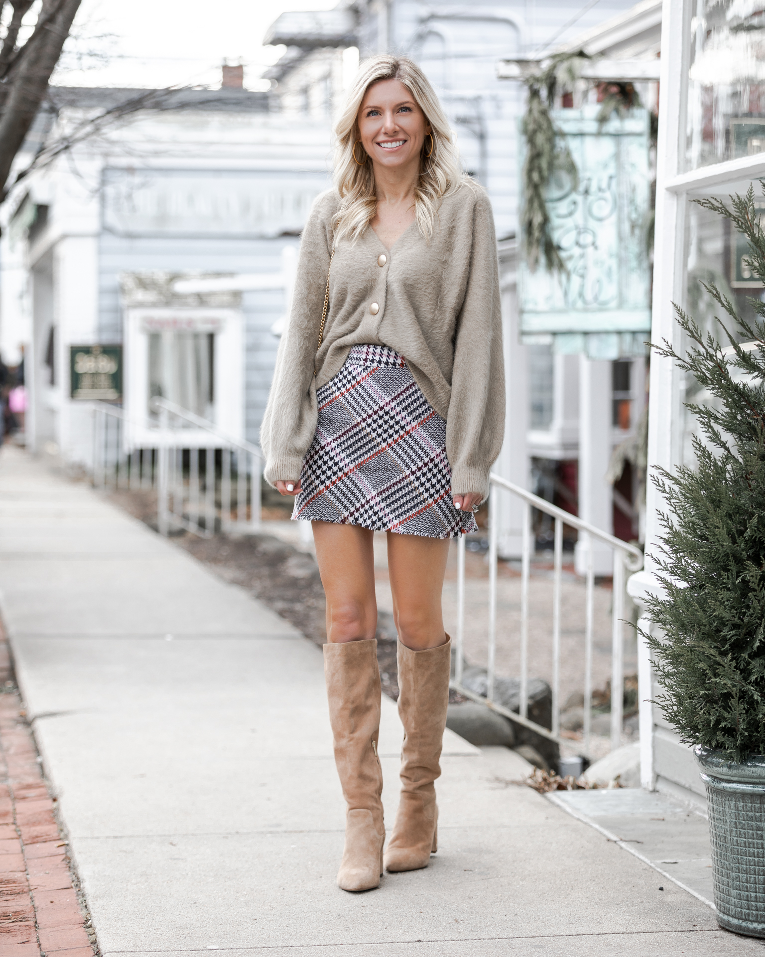 tucked-sweater-and-mini-skirt-look-the-glamorous-gal