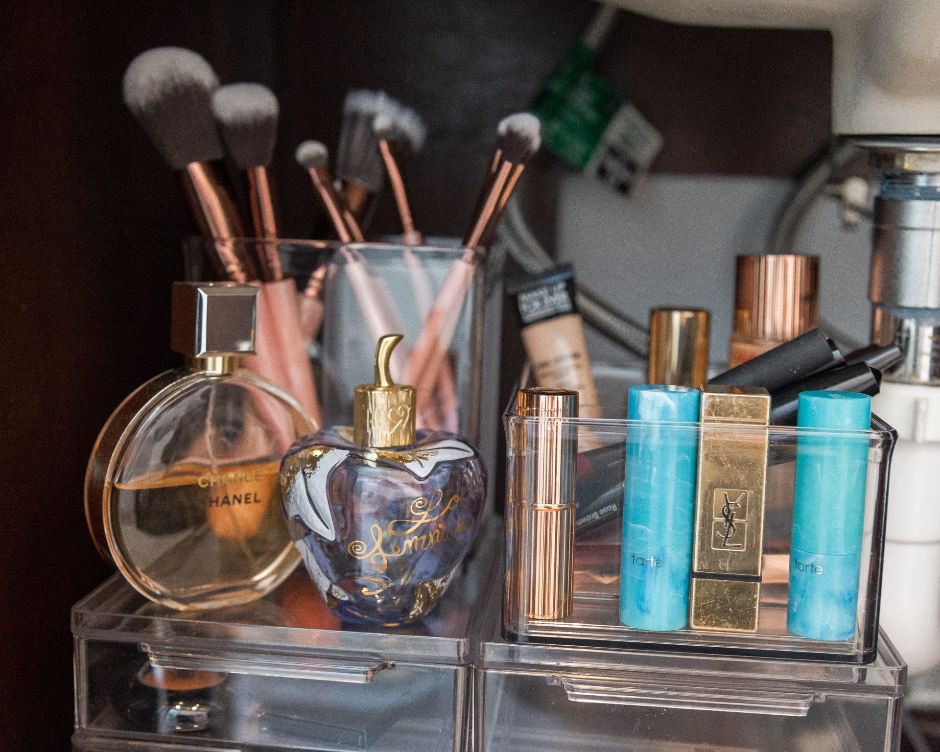 bathroom-organization-make-up-case-detail-the-container-store-the-glamorous-gal