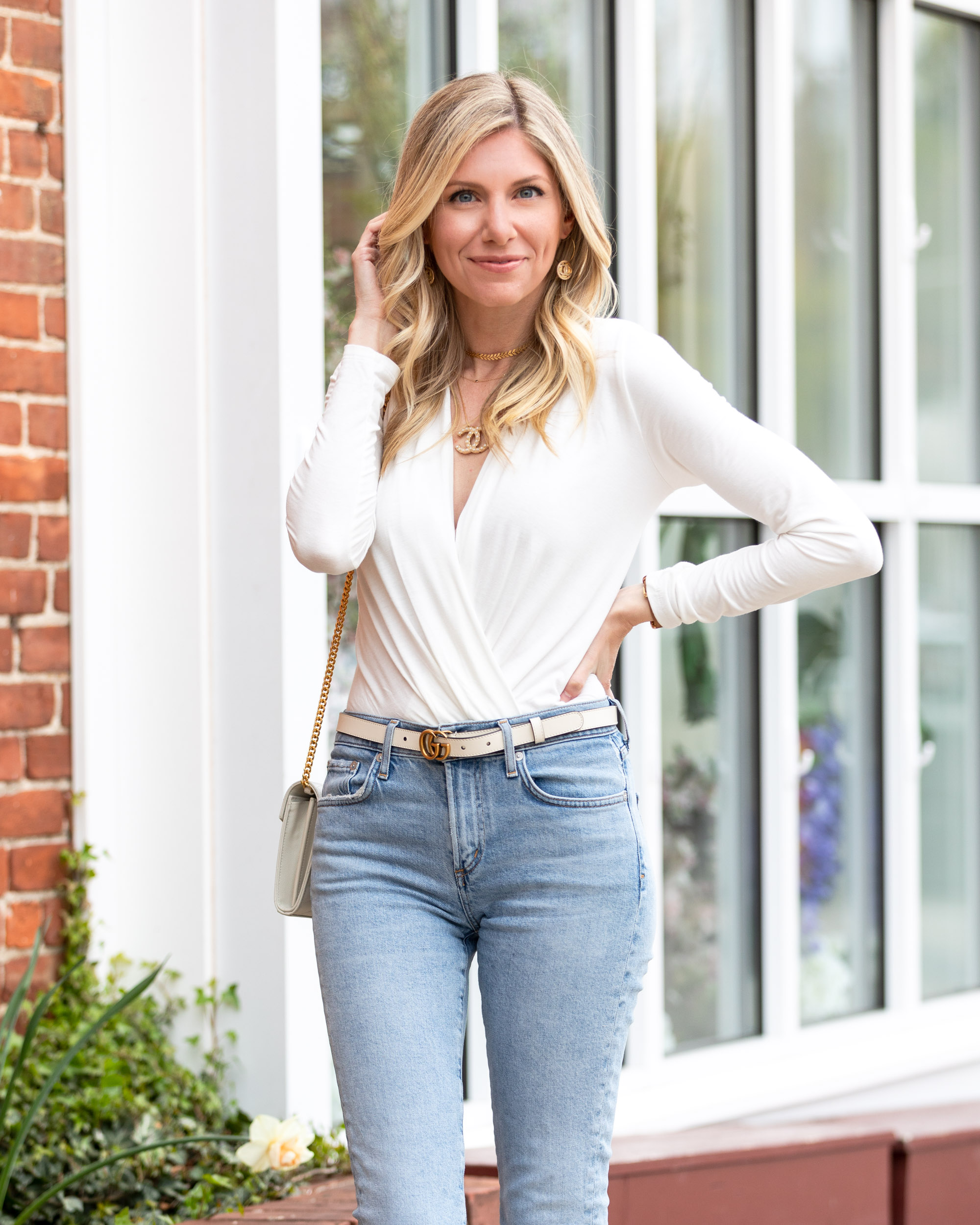 chic-simple-white-look-with-light-wash-denim-the-glamorous-gal