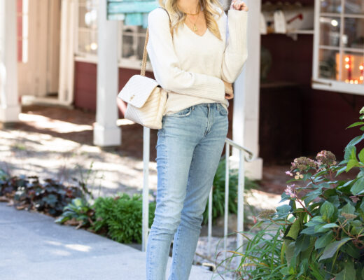 seevees-casual-white-sneakers-and-jeans-the-glamorous-gal