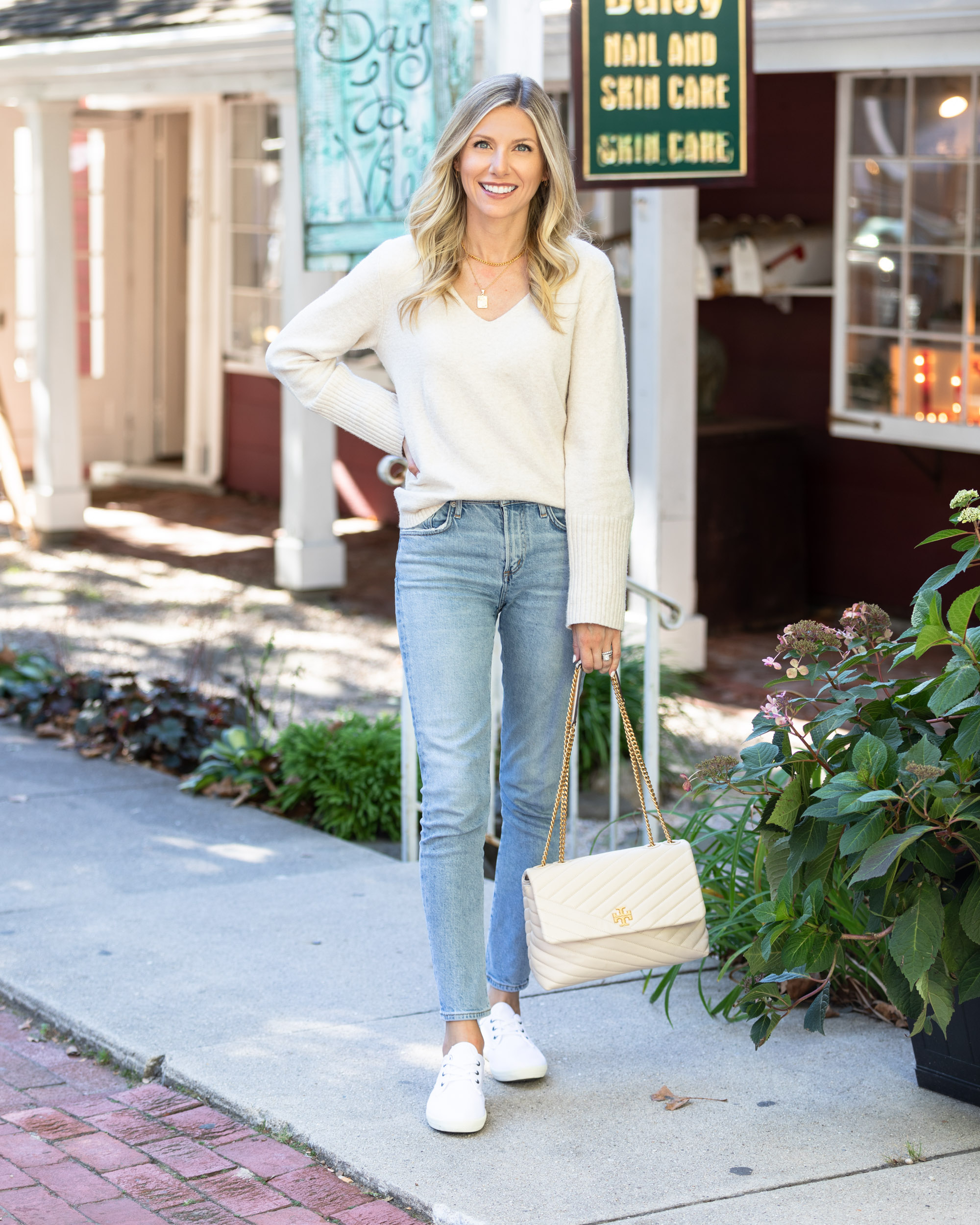 seevees-casual-white-sneakers-the-glamorous-gal