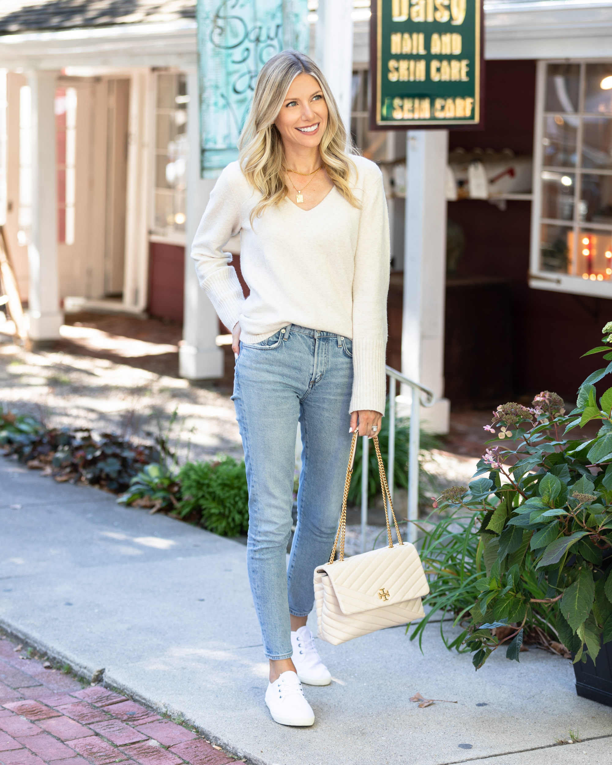 seevees-comfortable-white-sneakers-for-fall-the-glamorous-gal